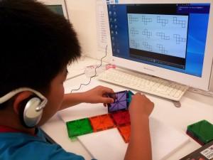 磁石でくっつく正方形板を使って展開図を作り、立体に組み立てる