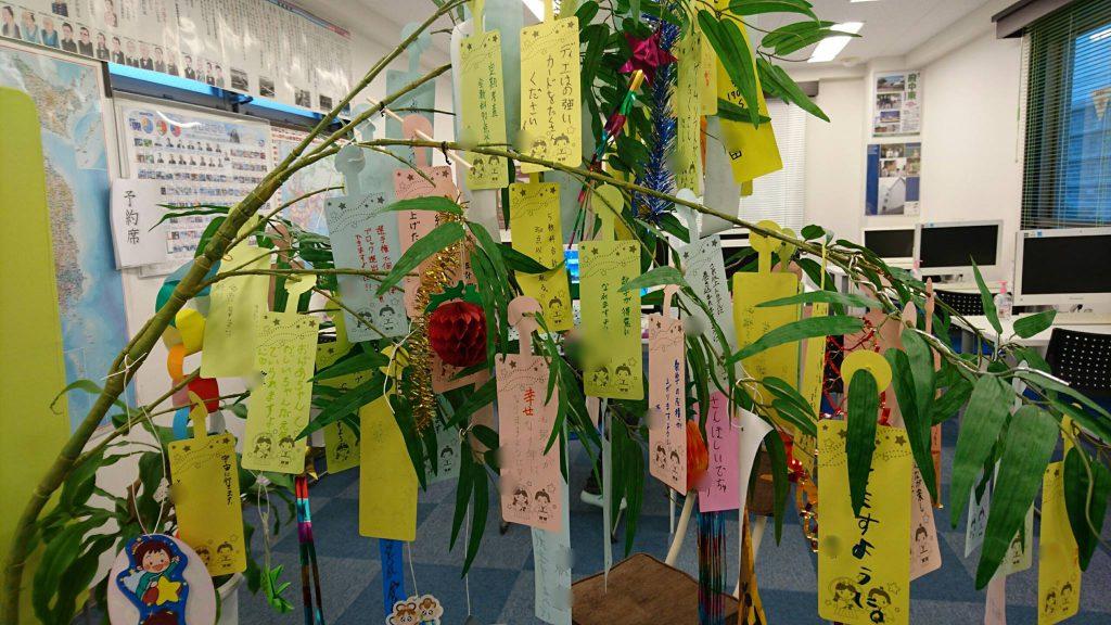 教室の中央に飾った七夕の笹、多量の短冊でしなっています
